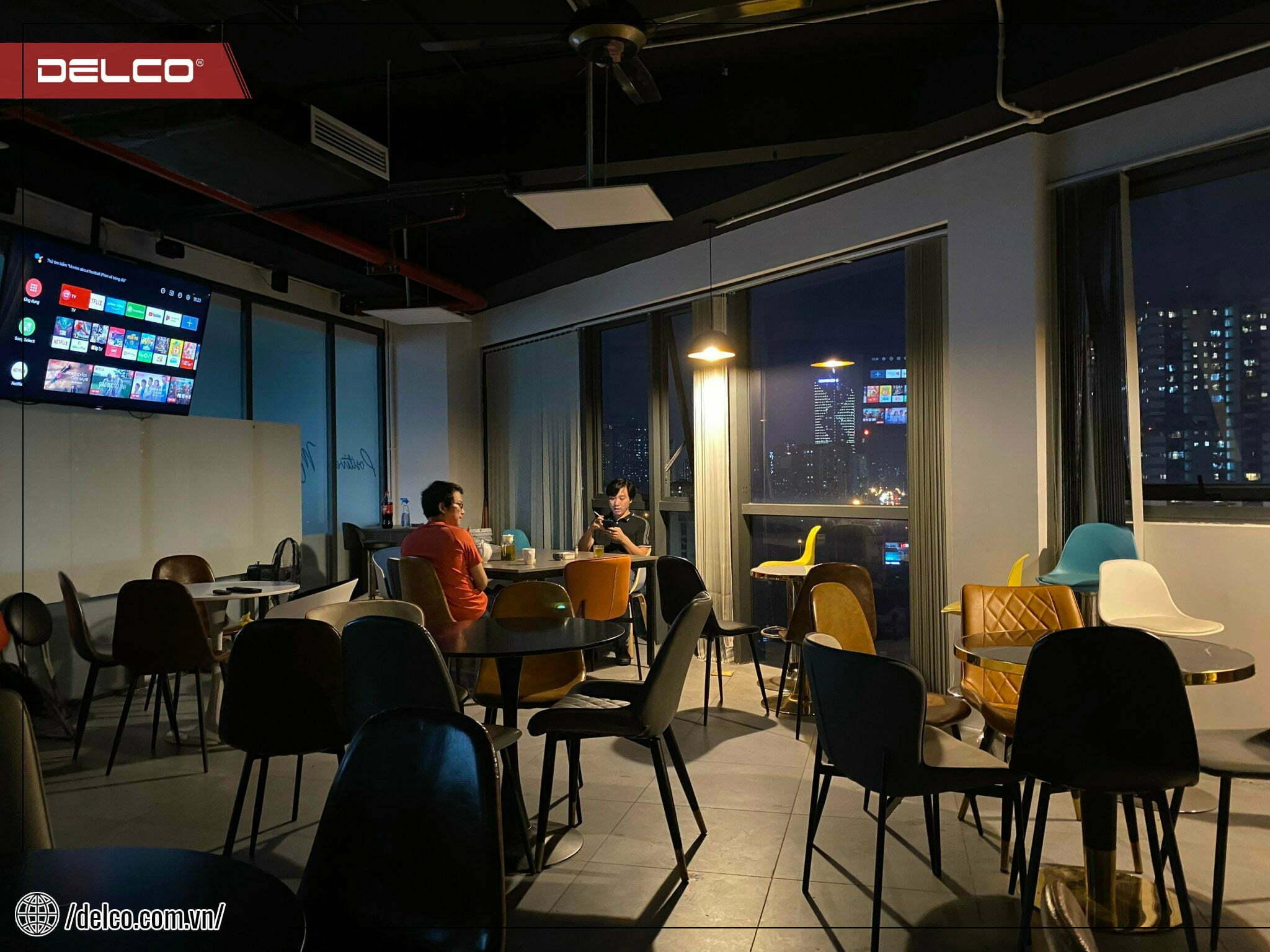 Khu vực cafeteria được thiết kế với phong cách hiện đại, không gian thoáng đãng, giúp giảm căng thẳng sau những giờ làm việc.